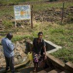Vatten bärs hem från Ebubambulakällan